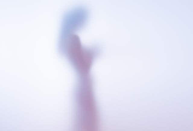 すりガラス状の影