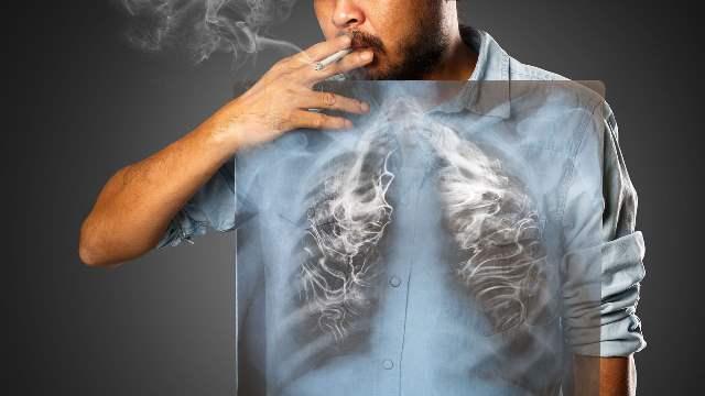 タバコを吸う男性と肺の画像